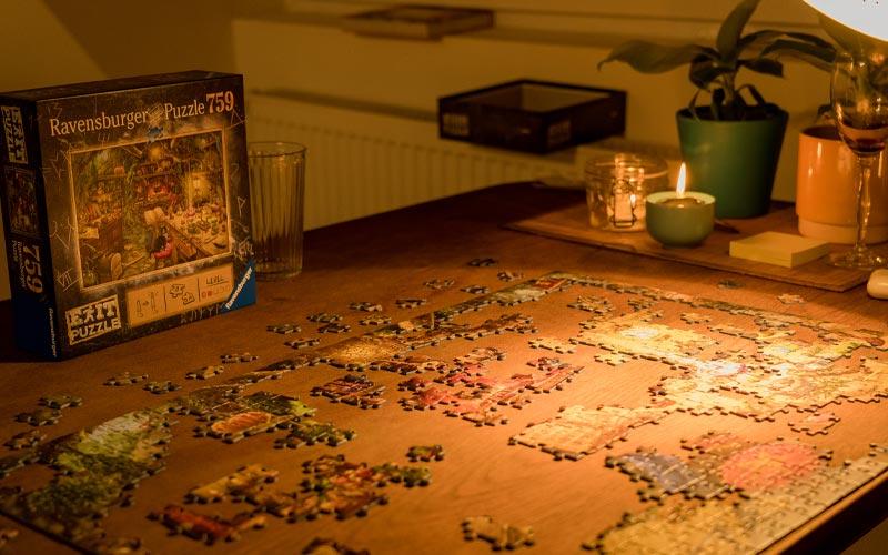 Ravensburger Exit Puzzle Hexenküche wird zusammengesetzt