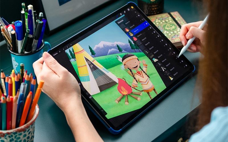Illustratorin Sarah Dietz bei ihrer Arbeit an einer Schnitzeljagd-Illustration