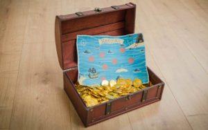 Schatzkiste Kindergeburtstag: Eine Schatztruhe für Kinder mit Goldstücken und Schatzkarte